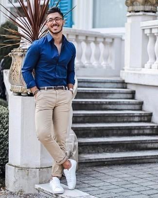 Comment porter une ceinture en cuir marron foncé: Pense à opter pour une chemise à manches longues bleue et une ceinture en cuir marron foncé pour un look confortable et décontracté. Jouez la carte classique pour les chaussures et fais d'une paire de des baskets basses en toile blanches ton choix de souliers.