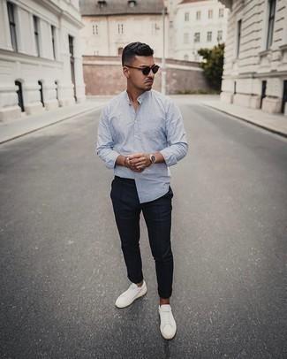 Comment porter un pantalon chino bleu marine: Pense à harmoniser une chemise à manches longues à rayures verticales bleu clair avec un pantalon chino bleu marine pour obtenir un look relax mais stylé. Une paire de des baskets basses en toile blanches est une option astucieux pour complèter cette tenue.