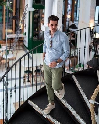 Tendances mode hommes: Associe une chemise à manches longues en chambray bleu clair avec un pantalon chino olive pour un look de tous les jours facile à porter. Jouez la carte décontractée pour les chaussures et fais d'une paire de des baskets basses en daim beiges ton choix de souliers.