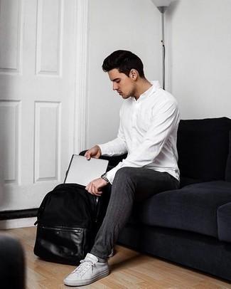 Comment porter un pantalon chino gris foncé: Associer une chemise à manches longues blanche avec un pantalon chino gris foncé est une option confortable pour faire des courses en ville. Tu veux y aller doucement avec les chaussures? Assortis cette tenue avec une paire de des baskets basses en toile blanches pour la journée.