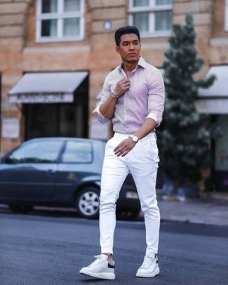 Comment s'habiller en été: Essaie d'associer une chemise à manches longues à rayures verticales blanc et violet avec un pantalon chino blanc pour une tenue idéale le week-end. Une paire de baskets basses en cuir blanches et noires est une option parfait pour complèter cette tenue. Un look parfait, il va t'inspirer pour cette saison estivale.