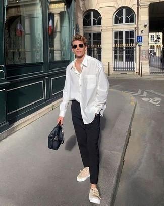 Tendances mode hommes: Pour une tenue de tous les jours pleine de caractère et de personnalité harmonise une chemise à manches longues blanche avec un pantalon chino noir. Pour les chaussures, fais un choix décontracté avec une paire de baskets basses en toile beiges.