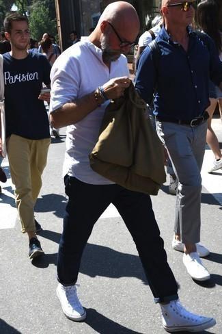 Comment porter un bracelet: Associe une chemise à manches longues en lin blanche avec un bracelet pour un look confortable et décontracté. Habille ta tenue avec une paire de des baskets montantes en toile blanches.