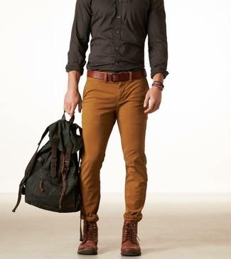 Comment porter: chemise à manches longues gris foncé, pantalon chino tabac, bottes de loisirs en cuir marron foncé, sac à dos en toile vert foncé