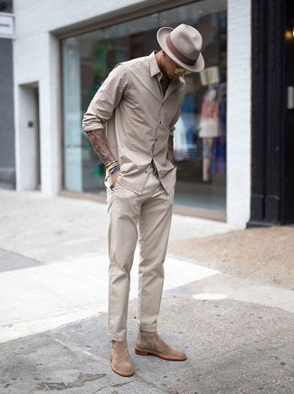 Comment porter: chemise à manches longues beige, pantalon chino beige, bottines chelsea en daim beiges, chapeau en laine beige