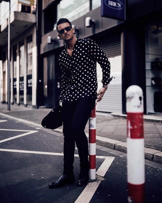Comment porter: chemise à manches longues á pois noire et blanche, pantalon chino bleu marine, bottines chelsea en cuir noires, lunettes de soleil noires