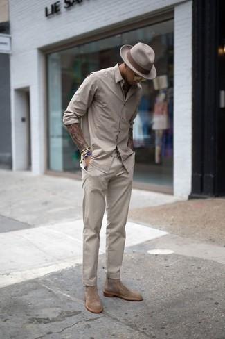 Comment porter un chapeau en laine beige: Pense à harmoniser une chemise à manches longues beige avec un chapeau en laine beige pour une tenue idéale le week-end. Une paire de des bottines chelsea en daim marron clair ajoutera de l'élégance à un look simple.