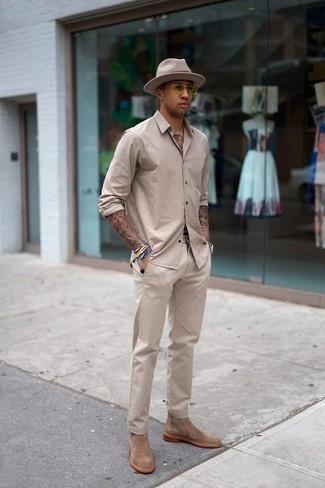 Comment porter un chapeau en laine beige: Harmonise une chemise à manches longues beige avec un chapeau en laine beige pour une tenue relax mais stylée. D'une humeur audacieuse? Complète ta tenue avec une paire de des bottines chelsea en daim marron clair.