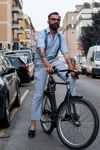 Comment porter un pantalon chino bleu clair: Pour créer une tenue idéale pour un déjeuner entre amis le week-end, marie une chemise à manches longues bleu clair avec un pantalon chino bleu clair. Assortis ce look avec une paire de des chaussures bateau en cuir noires.