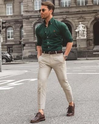 Comment porter: chemise à manches longues vert foncé, pantalon chino beige, chaussures brogues en cuir marron foncé, ceinture en cuir marron foncé