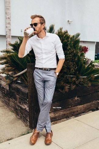 Comment porter un pantalon chino bleu clair: Associe une chemise à manches longues blanche avec un pantalon chino bleu clair pour affronter sans effort les défis que la journée te réserve. Choisis une paire de des chaussures brogues en cuir marron pour afficher ton expertise vestimentaire.
