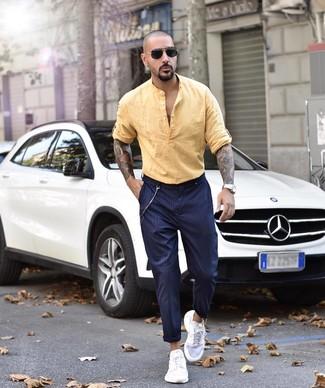 Comment porter: chemise à manches longues en lin jaune, pantalon chino à rayures verticales bleu marine, chaussures de sport blanches, lunettes de soleil noires