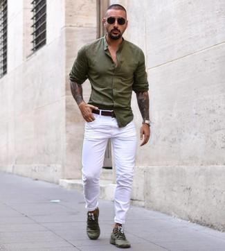 Comment porter une chemise à manches longues olive: Essaie d'associer une chemise à manches longues olive avec un pantalon chino blanc pour un look de tous les jours facile à porter. Si tu veux éviter un look trop formel, opte pour une paire de des chaussures de sport olive.