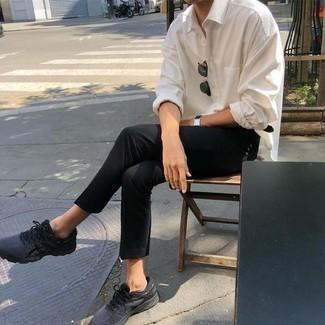 Comment porter une montre en cuir noire: Pense à opter pour une chemise à manches longues blanche et une montre en cuir noire pour une tenue idéale le week-end. Assortis ce look avec une paire de chaussures de sport gris foncé.