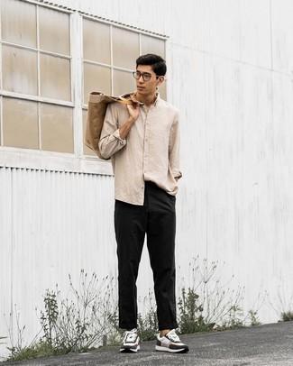 Comment porter une chemise à manches longues beige: Pour une tenue de tous les jours pleine de caractère et de personnalité harmonise une chemise à manches longues beige avec un pantalon chino noir. Tu veux y aller doucement avec les chaussures? Termine ce look avec une paire de chaussures de sport blanches et noires pour la journée.