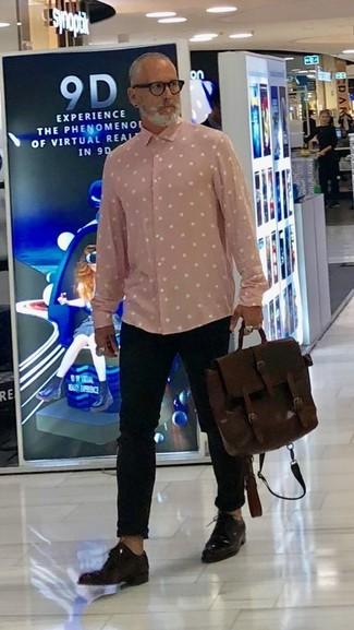 Comment porter: chemise à manches longues á pois rose, pantalon chino noir, chaussures derby en cuir marron foncé, serviette en cuir marron foncé