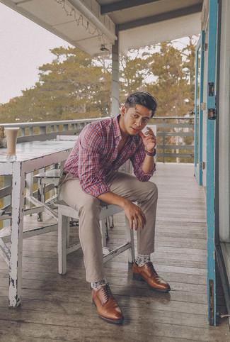 Comment porter: chemise à manches longues écossaise blanc et rouge et bleu marine, pantalon chino beige, chaussures derby en cuir marron, ceinture en cuir marron foncé