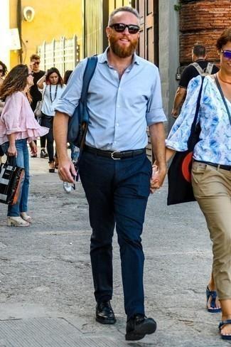 Comment porter des chaussures derby en cuir noires: Harmonise une chemise à manches longues bleu clair avec un pantalon chino bleu marine pour obtenir un look relax mais stylé. Habille ta tenue avec une paire de des chaussures derby en cuir noires.