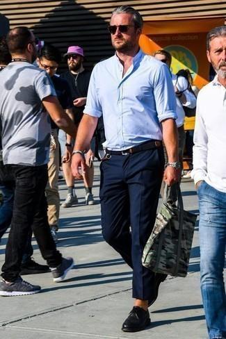 Comment porter des chaussures derby en cuir noires: Harmonise une chemise à manches longues bleu clair avec un pantalon chino bleu marine pour un déjeuner le dimanche entre amis. Rehausse cet ensemble avec une paire de des chaussures derby en cuir noires.