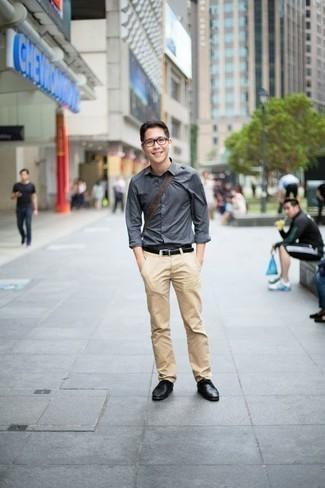 Comment porter une chemise à manches longues avec un pantalon chino: Pour créer une tenue idéale pour un déjeuner entre amis le week-end, pense à porter une chemise à manches longues et un pantalon chino. Assortis cette tenue avec une paire de des chaussures derby en cuir noires pour afficher ton expertise vestimentaire.