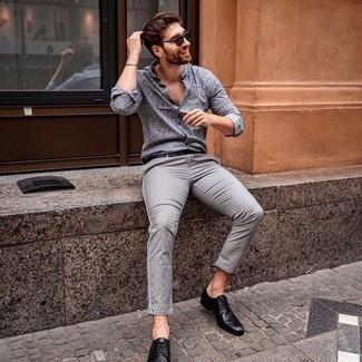Comment porter un bracelet argenté: Opte pour le confort dans une chemise à manches longues imprimée grise et un bracelet argenté. Complète cet ensemble avec une paire de chaussures derby en cuir noires pour afficher ton expertise vestimentaire.