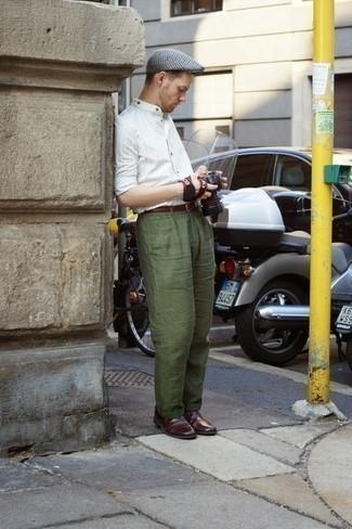 Comment porter une casquette plate en pied-de-poule grise: Choisis une chemise à manches longues à rayures verticales blanche et une casquette plate en pied-de-poule grise pour un look idéal le week-end. Transforme-toi en bête de mode et fais d'une paire de des chaussures richelieu en cuir bordeaux ton choix de souliers.