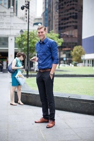 Comment porter une chemise à manches longues bleue: Essaie de marier une chemise à manches longues bleue avec un pantalon chino noir pour obtenir un look relax mais stylé. Assortis cette tenue avec une paire de des chaussures richelieu en cuir tabac pour afficher ton expertise vestimentaire.