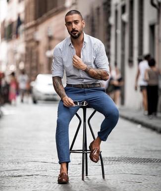 Comment porter: chemise à manches longues à rayures verticales grise, pantalon chino bleu, double monks en cuir marron, ceinture en cuir marron foncé