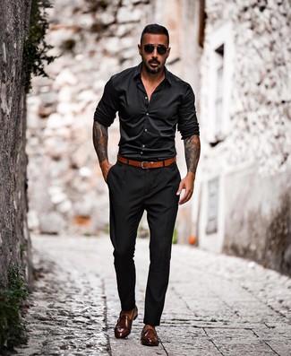 Comment porter: chemise à manches longues noire, pantalon chino noir, double monks en cuir marron foncé, ceinture en cuir tabac
