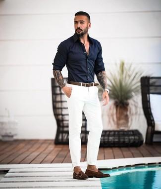 Comment porter: chemise à manches longues bleu marine, pantalon chino blanc, double monks en cuir marron foncé, ceinture en cuir marron foncé
