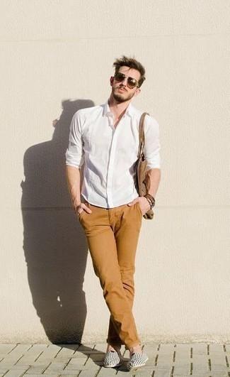Comment porter une chemise à manches longues blanche: Porte une chemise à manches longues blanche et un pantalon chino tabac pour une tenue idéale le week-end. Une paire de des espadrilles en toile à rayures horizontales blanches et noires est une option génial pour complèter cette tenue.