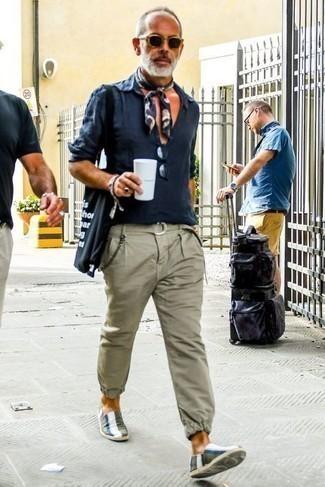 Comment porter un bandana: Pense à marier une chemise à manches longues en lin bleu marine avec un bandana pour une tenue idéale le week-end. Jouez la carte classique pour les chaussures et termine ce look avec une paire de espadrilles en toile à rayures horizontales olive.