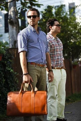 Comment porter un fourre-tout en cuir tabac: Associe une chemise à manches longues en vichy blanc et bleu avec un fourre-tout en cuir tabac pour une tenue idéale le week-end.