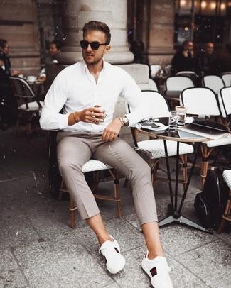 Comment porter: chemise à manches longues blanche, pantalon chino à carreaux marron, lunettes de soleil noires, montre argentée