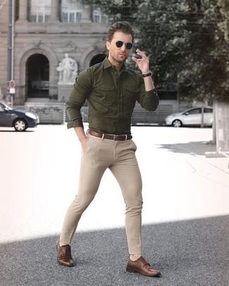Comment porter: chemise à manches longues olive, pantalon chino beige, mocassins à pampilles en cuir marron, ceinture en cuir marron