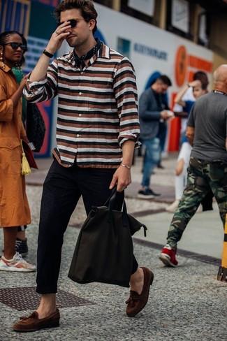 Comment porter: chemise à manches longues à rayures horizontales multicolore, pantalon chino noir, mocassins à pampilles en daim marron, sac fourre-tout en toile marron foncé