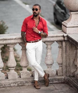 Comment porter: chemise à manches longues rouge, pantalon chino blanc, mocassins à pampilles en daim marron, ceinture en cuir marron