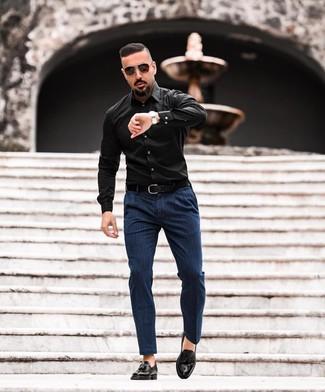 Comment porter: chemise à manches longues noire, pantalon chino à rayures verticales bleu marine, mocassins à pampilles en cuir noirs, ceinture en cuir noire