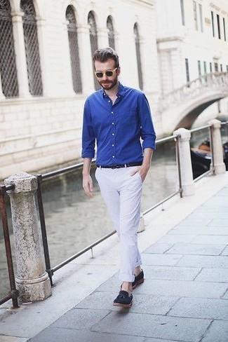 Comment porter des lunettes de soleil noires pour un style chic decontractés: Une chemise à manches longues bleue et des lunettes de soleil noires communiqueront une impression de facilité et d'insouciance. Une paire de des mocassins à pampilles en daim bleu marine est une façon simple d'améliorer ton look.