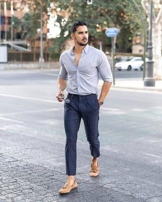 Comment porter des lunettes de soleil marron: Pense à associer une chemise à manches longues bleu clair avec des lunettes de soleil marron pour une tenue relax mais stylée. Transforme-toi en bête de mode et fais d'une paire de des mocassins à pampilles en daim marron clair ton choix de souliers.