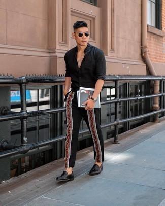 Tendances mode hommes: Harmonise une chemise à manches longues bleu marine avec un pantalon chino brodé noir pour une tenue idéale le week-end. Termine ce look avec une paire de mocassins à pampilles en cuir tressés noirs pour afficher ton expertise vestimentaire.