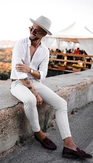 Comment porter une ceinture en cuir marron: Essaie d'associer une chemise à manches longues en lin blanche avec une ceinture en cuir marron pour une tenue relax mais stylée. Jouez la carte classique pour les chaussures et opte pour une paire de mocassins à pampilles en cuir marron foncé.