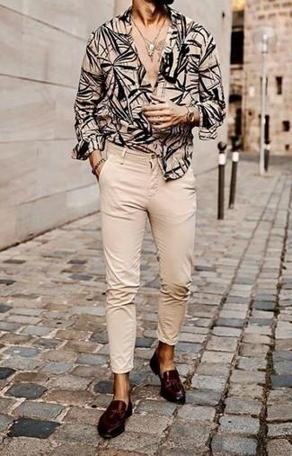 Comment porter des mocassins à pampilles en cuir marron foncé: Associe une chemise à manches longues imprimée beige avec un pantalon chino beige pour une tenue confortable aussi composée avec goût. D'une humeur audacieuse? Complète ta tenue avec une paire de mocassins à pampilles en cuir marron foncé.