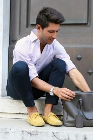Comment porter une serviette en cuir grise: Harmonise une chemise à manches longues à rayures verticales blanche avec une serviette en cuir grise pour un look idéal le week-end. Jouez la carte classique pour les chaussures et assortis cette tenue avec une paire de des mocassins en daim jaunes.