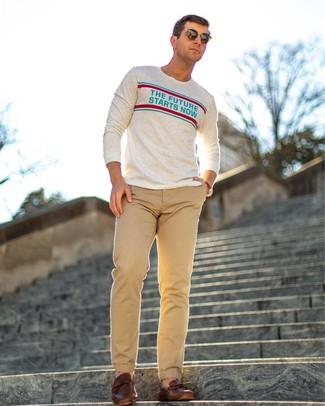 Comment porter: chemise à manches longues imprimée beige, pantalon chino marron clair, mocassins en cuir marron, lunettes de soleil marron foncé