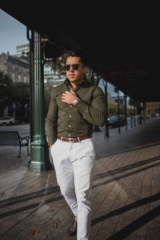 Comment porter une chemise à manches longues olive: Pense à associer une chemise à manches longues olive avec un pantalon chino blanc pour une tenue idéale le week-end. Une paire de des mocassins en cuir marron foncé s'intégrera de manière fluide à une grande variété de tenues.