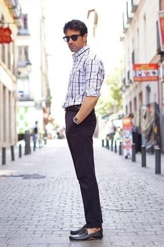 Comment porter une ceinture en cuir tressée noire: Harmonise une chemise à manches longues écossaise blanc et bleu marine avec une ceinture en cuir tressée noire pour une tenue idéale le week-end. D'une humeur audacieuse? Complète ta tenue avec une paire de des mocassins en cuir noirs.