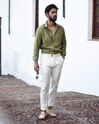 Comment porter des mocassins: Harmonise une chemise à manches longues olive avec un pantalon chino blanc pour un déjeuner le dimanche entre amis. Cette tenue se complète parfaitement avec une paire de mocassins.