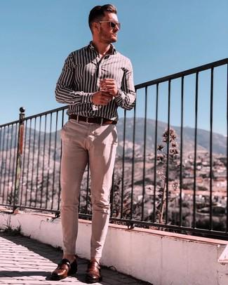 Comment porter: chemise à manches longues à rayures verticales noire et blanche, pantalon chino beige, monks en cuir marron, ceinture en cuir marron foncé