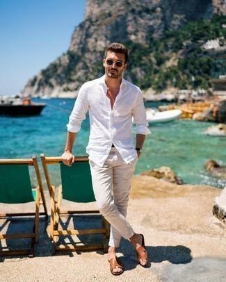 Comment s'habiller quand il fait très chaud: Essaie d'associer une chemise à manches longues en lin blanche avec un pantalon chino beige pour une tenue idéale le week-end. Tu veux y aller doucement avec les chaussures? Choisis une paire de des sandales en cuir tabac pour la journée.